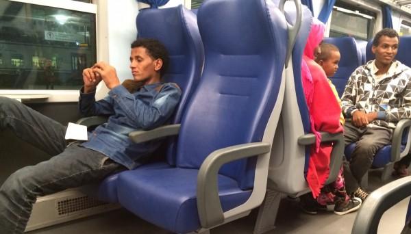 Refugiados eritreos en el tren regional de Génova a Milan en Italia. / S.R
