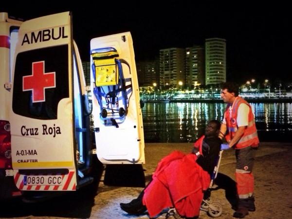 Un hombre es trasladado a una ambulancia tras cruzar el mediterráneo en una zodiac. / S. Rodrigo