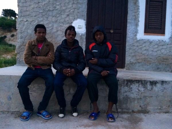 Samir en el centro de la foto junto a sus compañeros de viaje en la isla italiana de Lampedusa. / Sergio Rodrigo