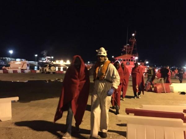 Un grupo de mgirantes subsaharianos llega al puerto de Motril. Miguel Ángel Pachón